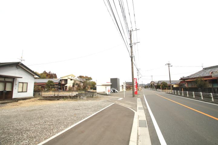嵐田交差点から高岡町方面に約550mの場所にあります。