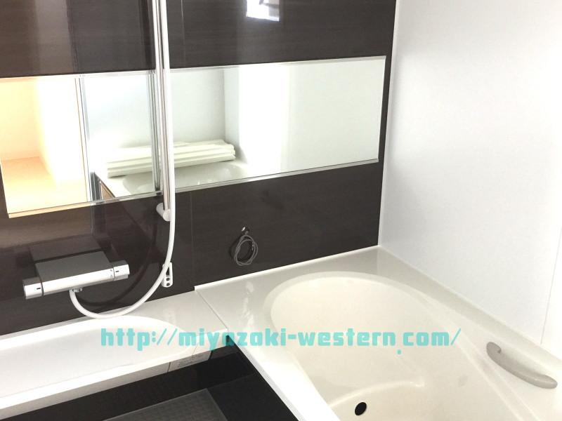 【同モデルイメージ】浴室の広がりを感じるワイドミラー。