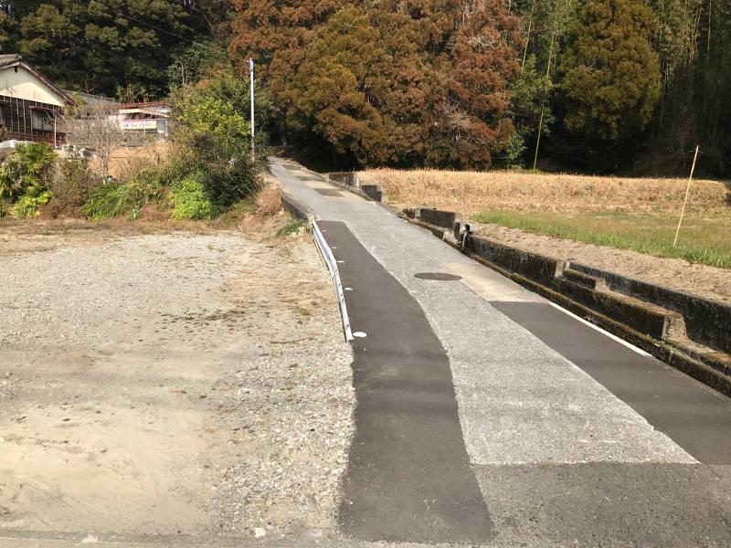 東側の道路は確認中。里道かと思われます。