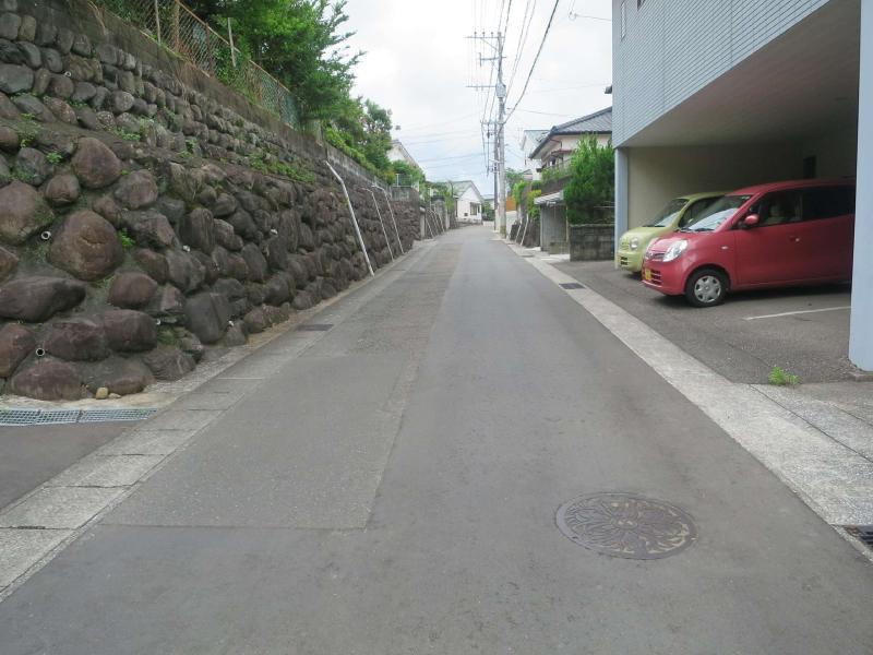 東側の道路とは高低差があり、見晴らしの良い敷地です。