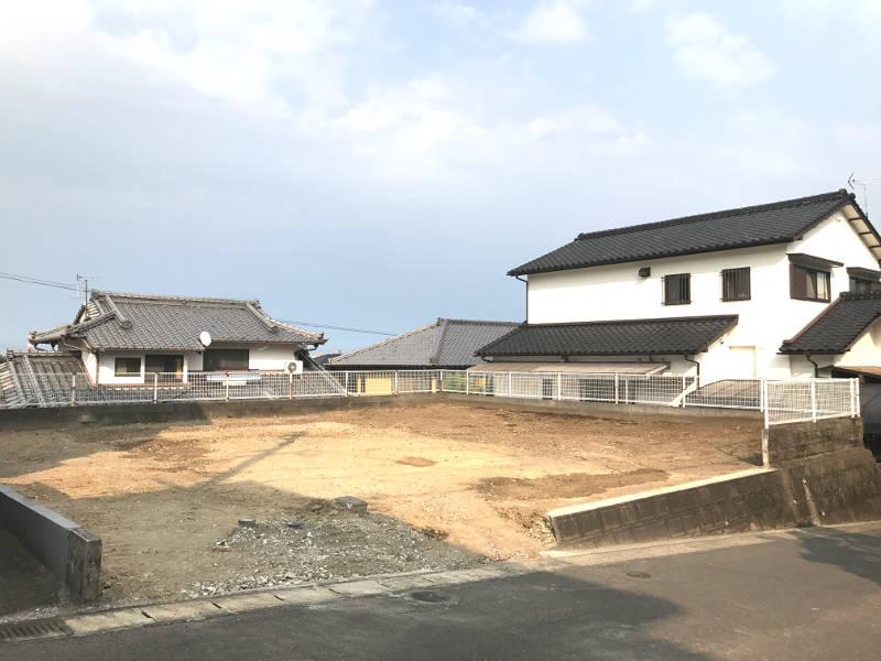 大塚町の竹下地区にある高台の新築用地です。建物は解体を行い、整地済み。