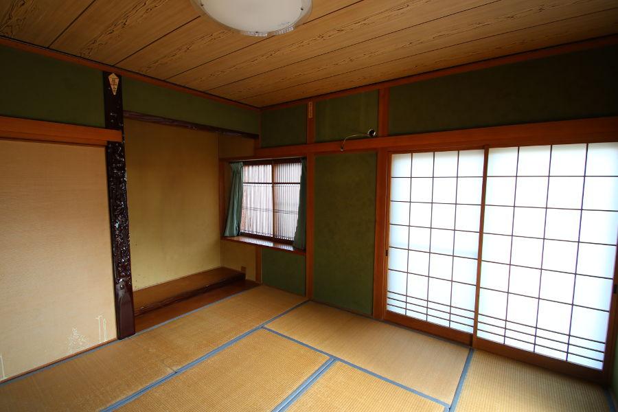 8帖和室。柱が見える真壁工法になっており、床の間や障子が付いています。