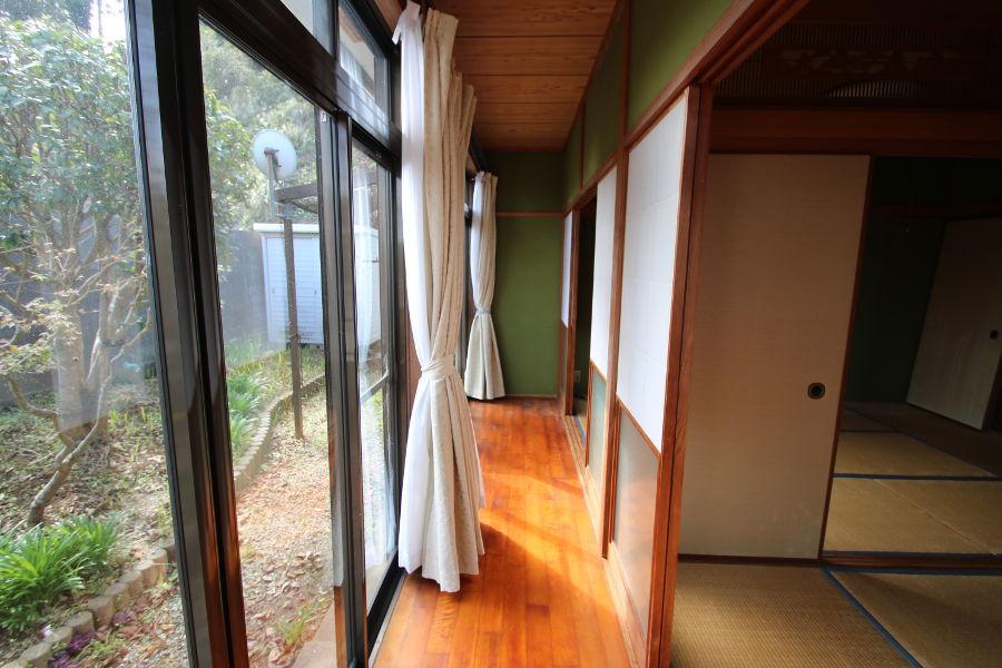 続き間の和室は縁側にもつながっています。
