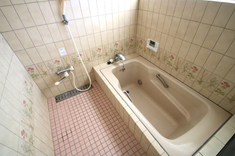 浴室はタイル壁になっており、洗い場も浴槽も広々しています。