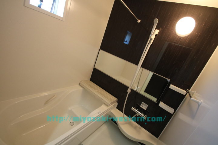 【完成イメージ】浴室の広がりを感じるワイドミラー。