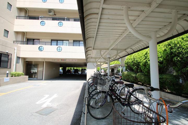 敷地内のサイクルポートは、かなりの台数を収容できます。