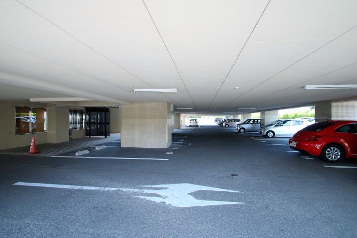1階はピロティ構造になっています。