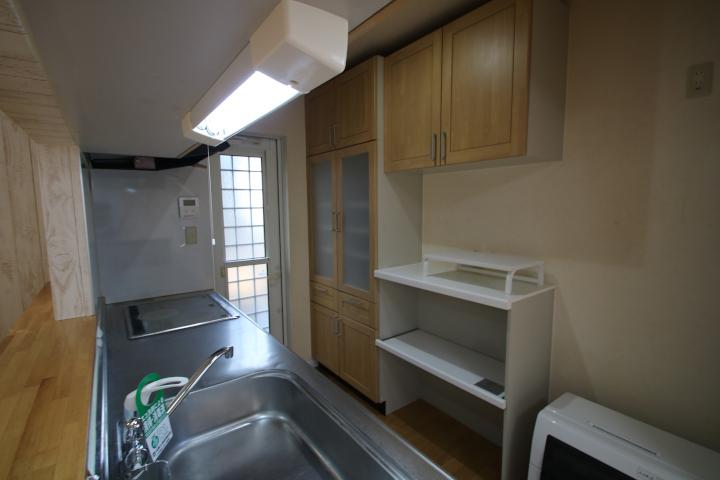 背面には食器や調理器具が置けるカップボードも付いています。