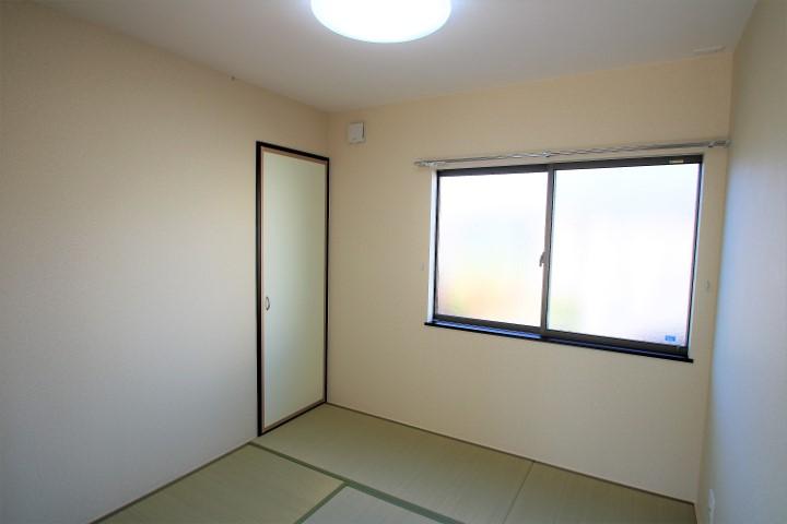 リビングには続き間の和室があります。