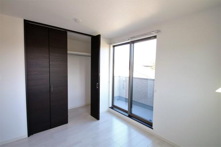 クローゼット扉は天井高まであるハイタイプです。