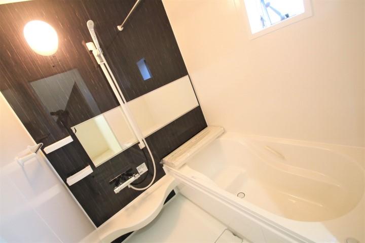 浴室の広がりを感じるワイドミラーのシステムバス。