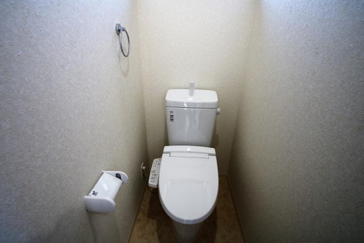 温水洗浄便座のトイレです。2階も標準装備です。