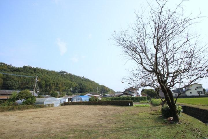 南側には田や畑が広がっており、日当たり良好。