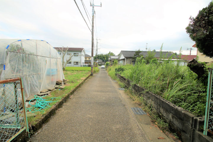 前面道路は車の交通もほとんどなく、閑静な住宅地。日当たりも良好です。