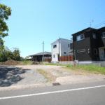 国富町の本庄中学校から西に向かった通り沿いにある売地です。