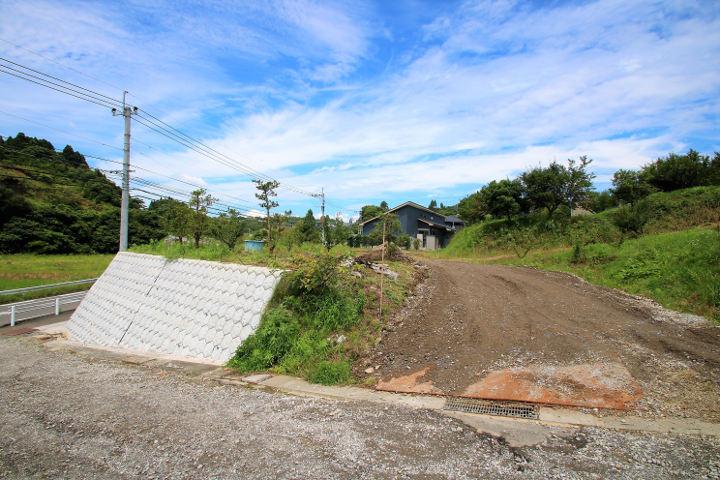 共有部分の道路には側溝工事とアスファルト舗装を行います。