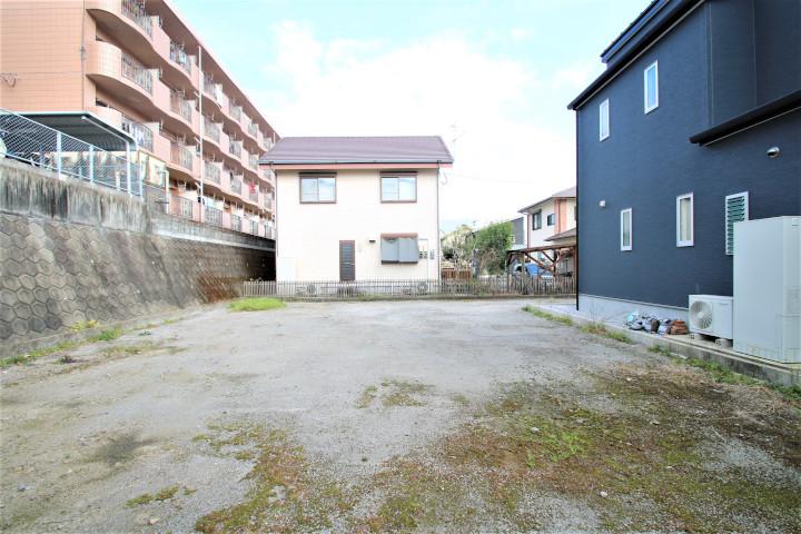 北側(写真左)のアパートは背を向ける形になるので、2階の北窓を磨りガラスにすると良いでしょう。