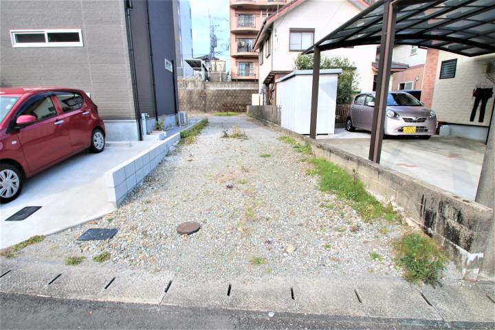 敷地出入口に隅切りが行われており、間口を4.5m確保しているので車の出入りも楽に行なえます。