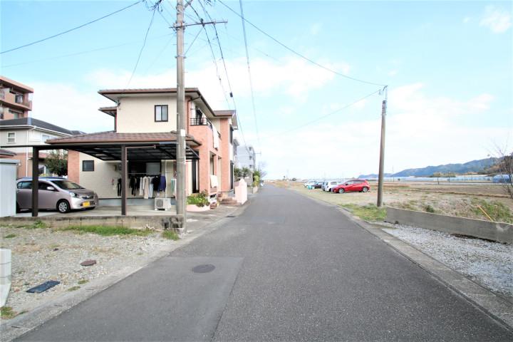 接道する市道の幅員は6m。車通りも少なく、閑静な住宅地です。