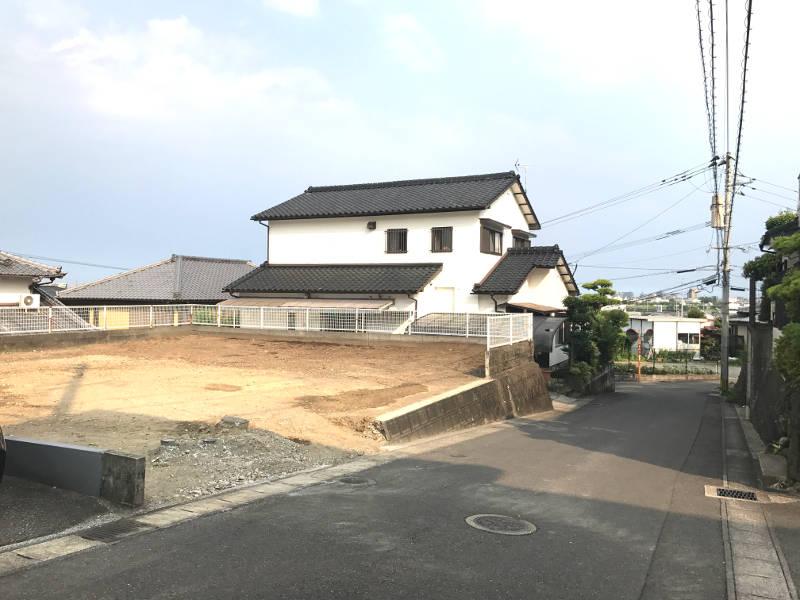 東南下がりの雛壇になっている区画の為、敷地は道路よりも少し小高くなっています。