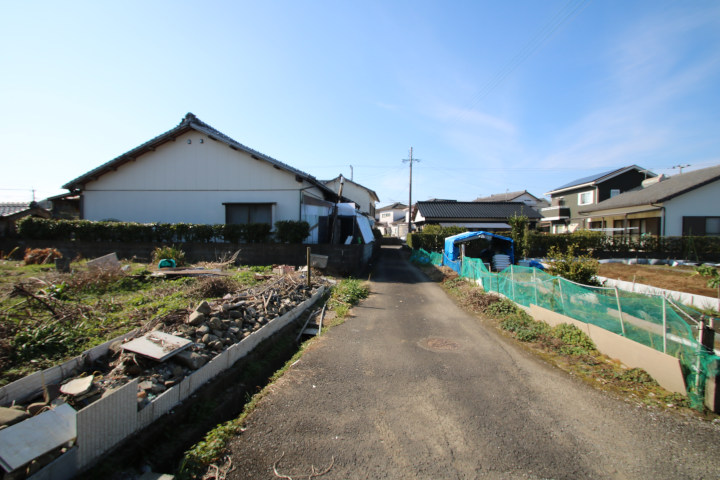 前面道路はセットバックが必要ですが、地元住民しか通らない閑静な住宅地です。