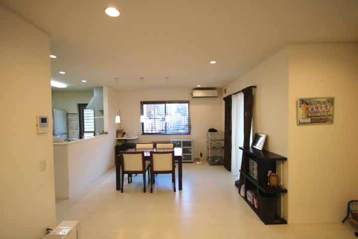 玄関のホール面積を最小限にし、家族が一緒に過ごすリビングを可能な限り広く。