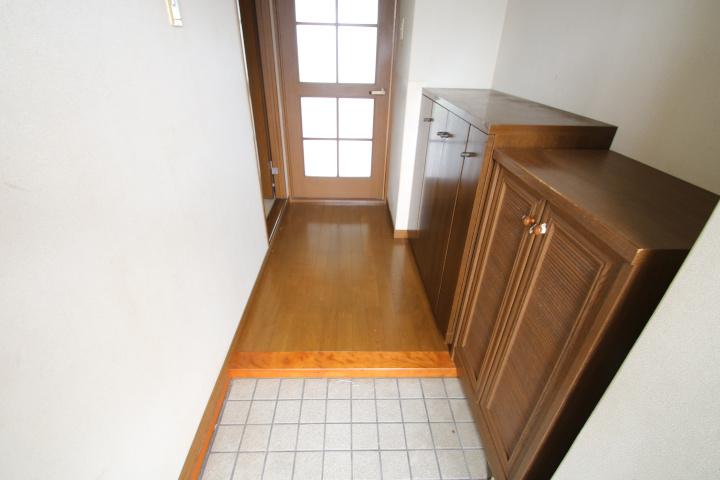 【別階・同タイプの室内写真】玄関には下駄箱が2つあります。