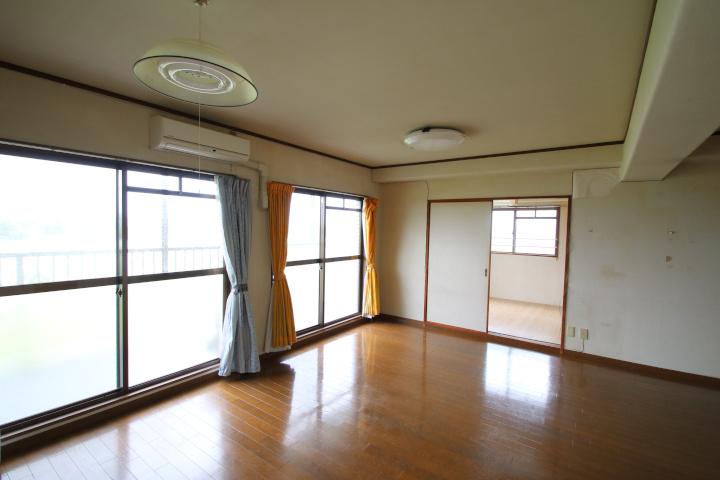 【別階・同タイプの室内写真】バルコニー面が掃出し窓で明るい室内です。