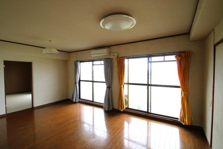 【別階・同タイプの室内写真】リビングスペースは12帖の広さです。