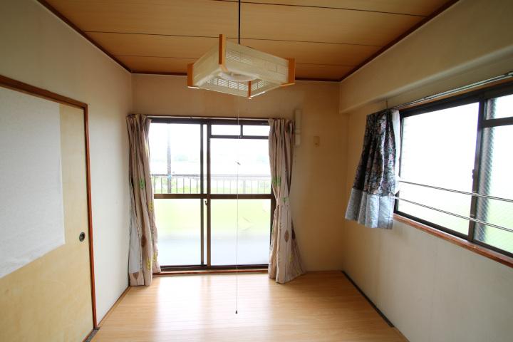 【別階・同タイプの室内写真】角部屋の和室。フローリング調のシートを敷いています。