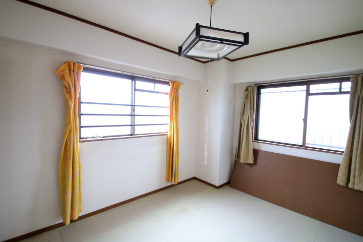 【別階・同タイプの室内写真】角部屋の洋室。明るい室内です。