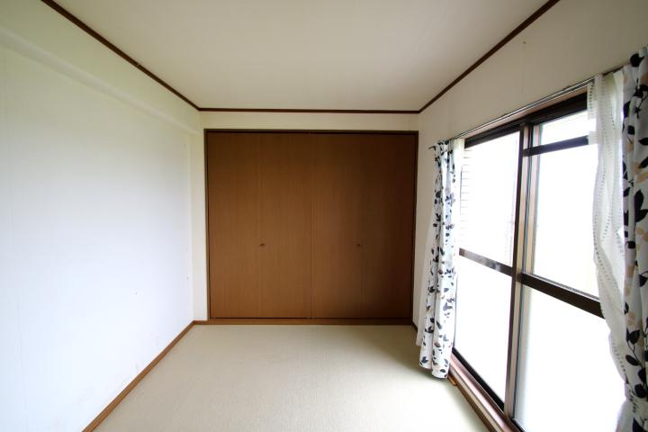 【別階・同タイプの室内写真】バルコニーに面した洋室。天井高近くあるクローゼットがあります。