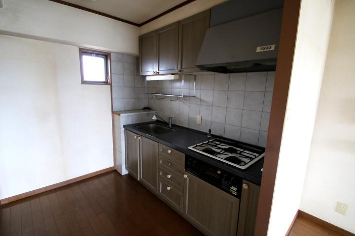 【別階・同タイプの室内写真】キッチンは背面に食器棚と冷蔵庫がきれいに収まるスペースです。