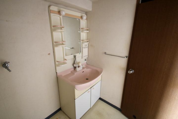 【別階・同タイプの室内写真】洗面台はハンドシャワー付きで洗髪もできます。