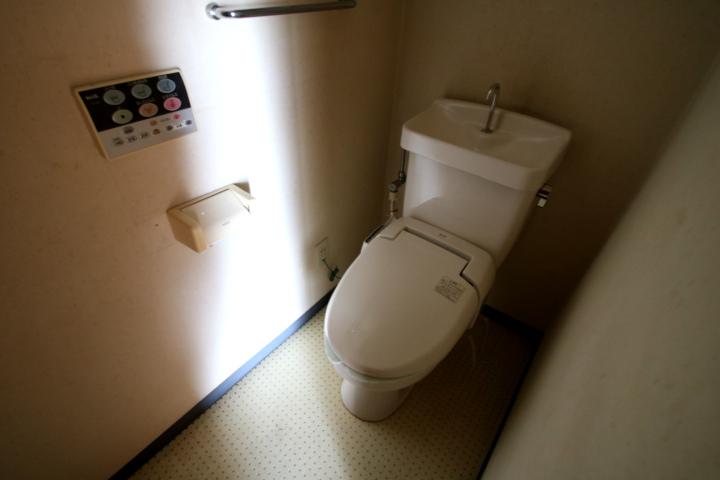 【別階・同タイプの室内写真】ウォシュレット付きのトイレです。