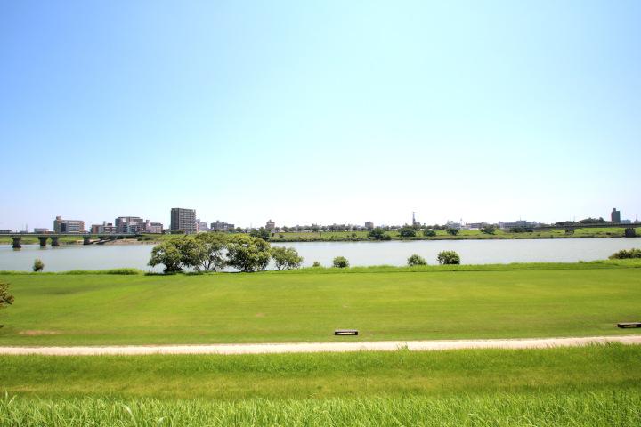 前面に広がる大淀川。散歩やジョギングにもおすすめです。