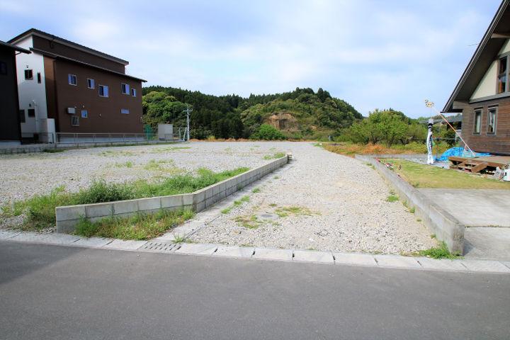 北側の私道部分には側溝が入っており、舗装も行う予定です。